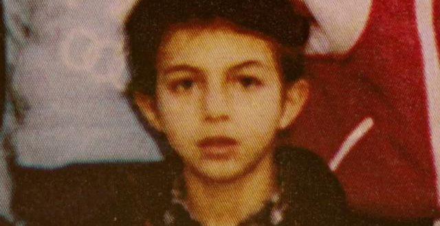 Ce jeune garçon est devenu un chanteur très connu, le reconnaissez-vous ? (vidéo)