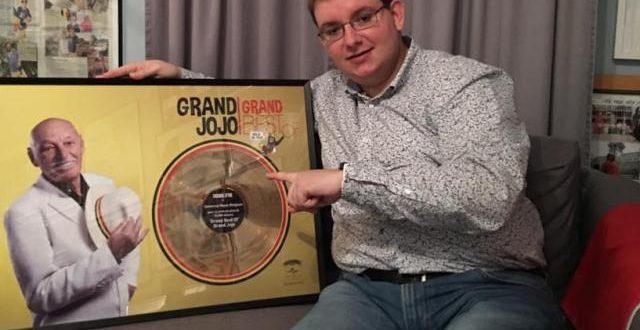 Cyril chante les chansons du Grand Jojo: découvrez ses reprises et sa collection phénoménale sur l'artiste