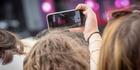 Les smartphones bientôt interdits dans les festivals?